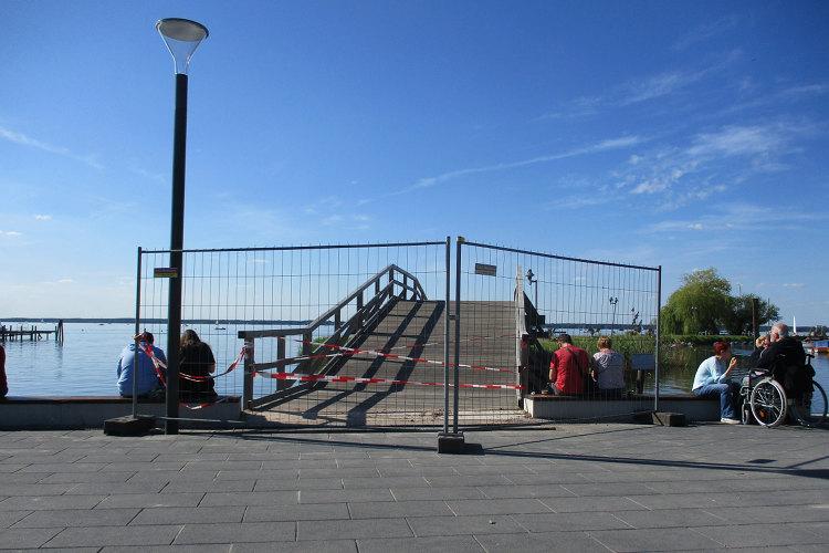 Gesperrte Promenadenbrücke