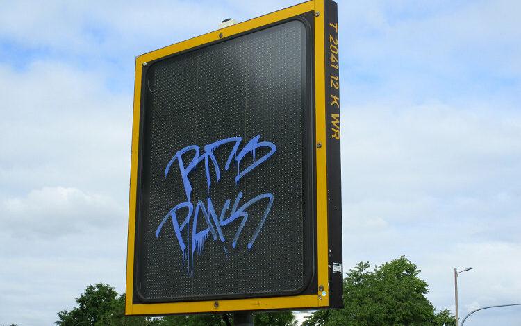 Graffiti auf Verkehrstafel