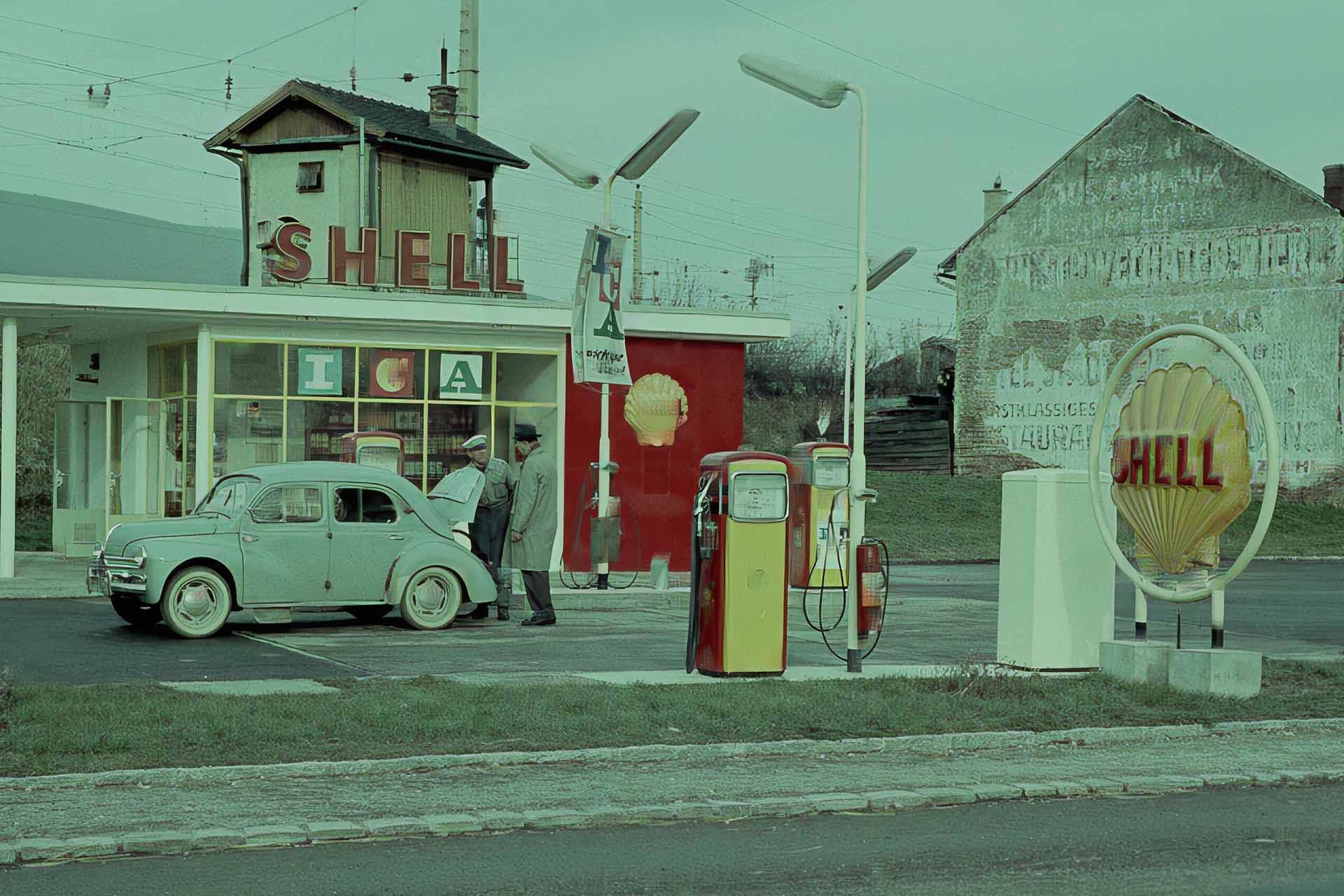 Historische Tankstelle zum Befüllen von Autos mit Sprit. Heute undenkbar unkompliziert und unaufdringlich