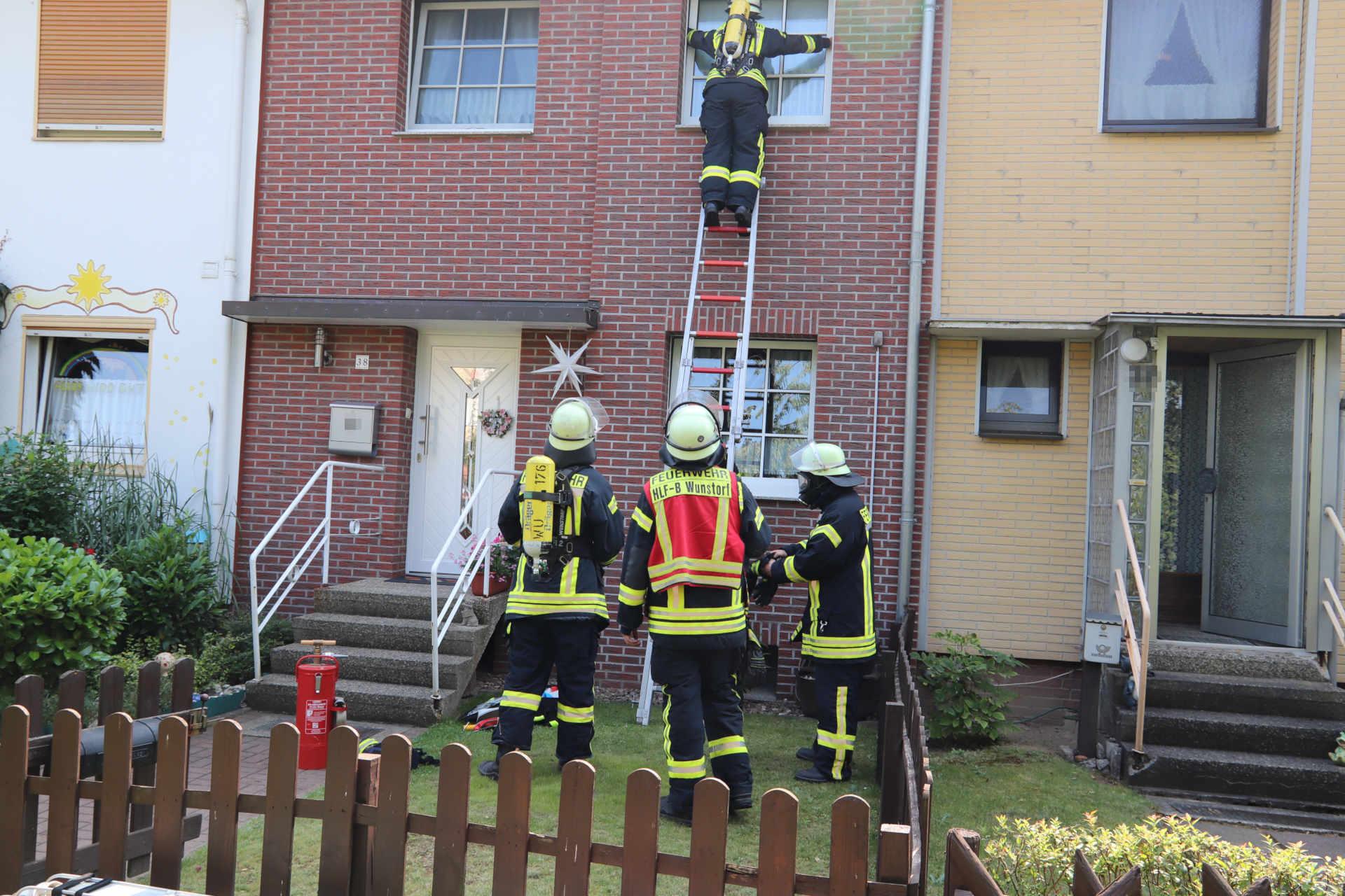 Feuerwehr kommt über die Steckleiter