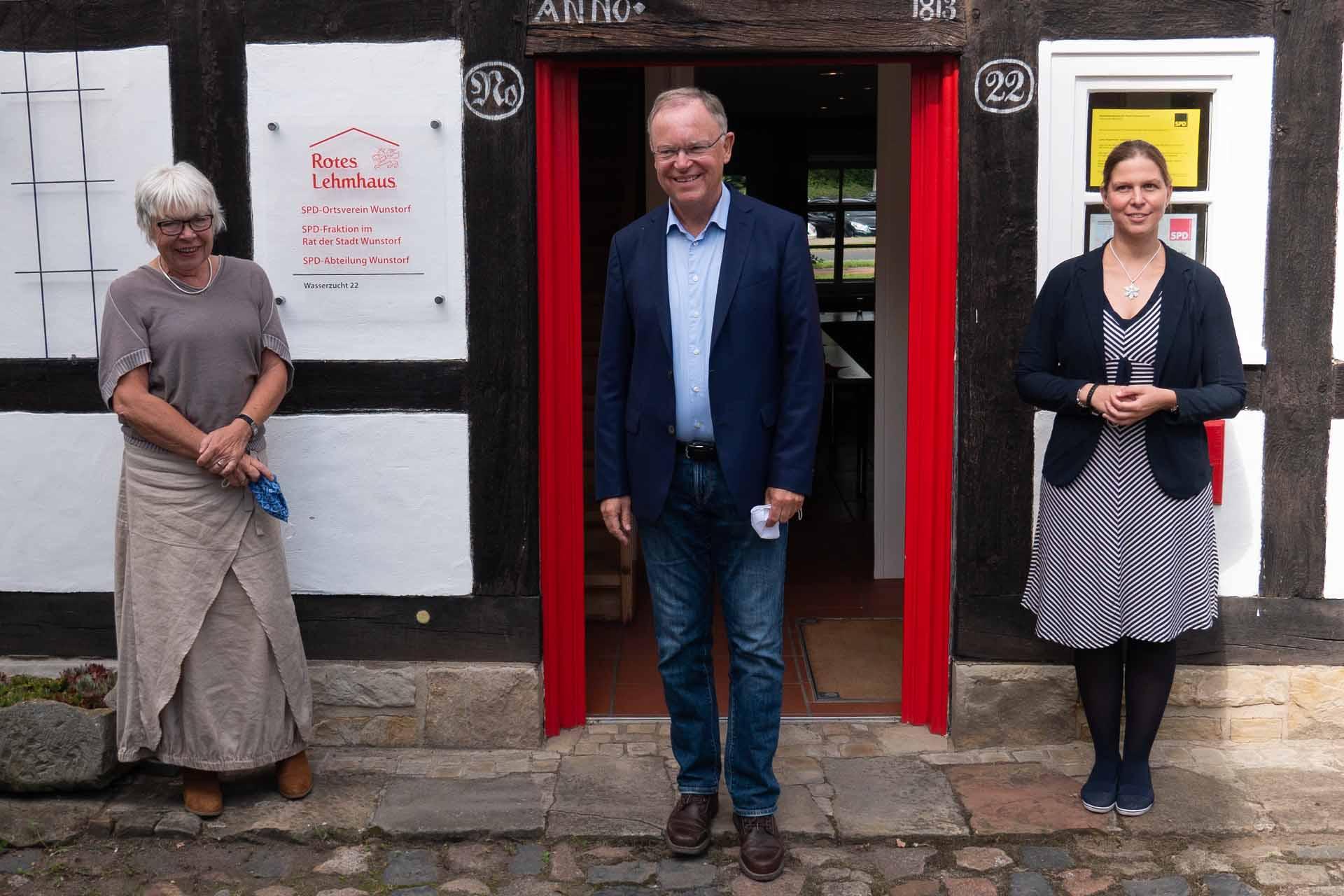 Ministerpräsident Weil im Roten Lehmhaus