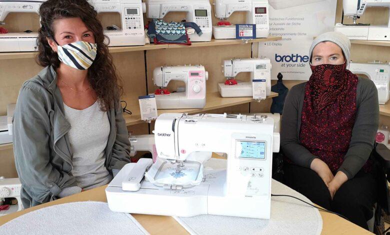 Lisa-Maria Loos von der Nähmaschinen-Erlebnis-Welt übergibt Susanne Borchers die ersehnte Stickmaschine