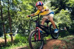 BMX-Fahren im Wald