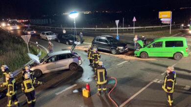 Bild von Autos fahren frontal ineinander