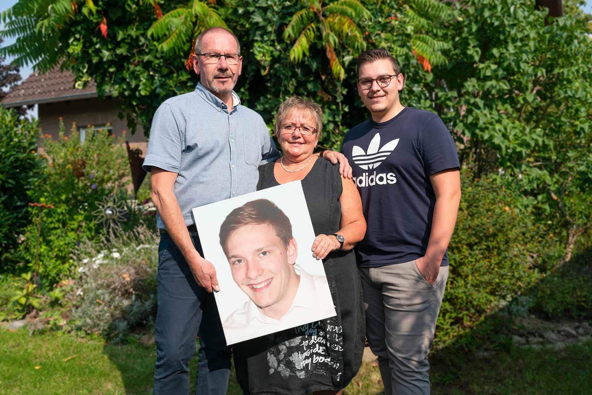 Starker familiärer Zusammenhalt: Uwe, Marion und Tim Deiters mit Foto des verstorbenen Phillipp