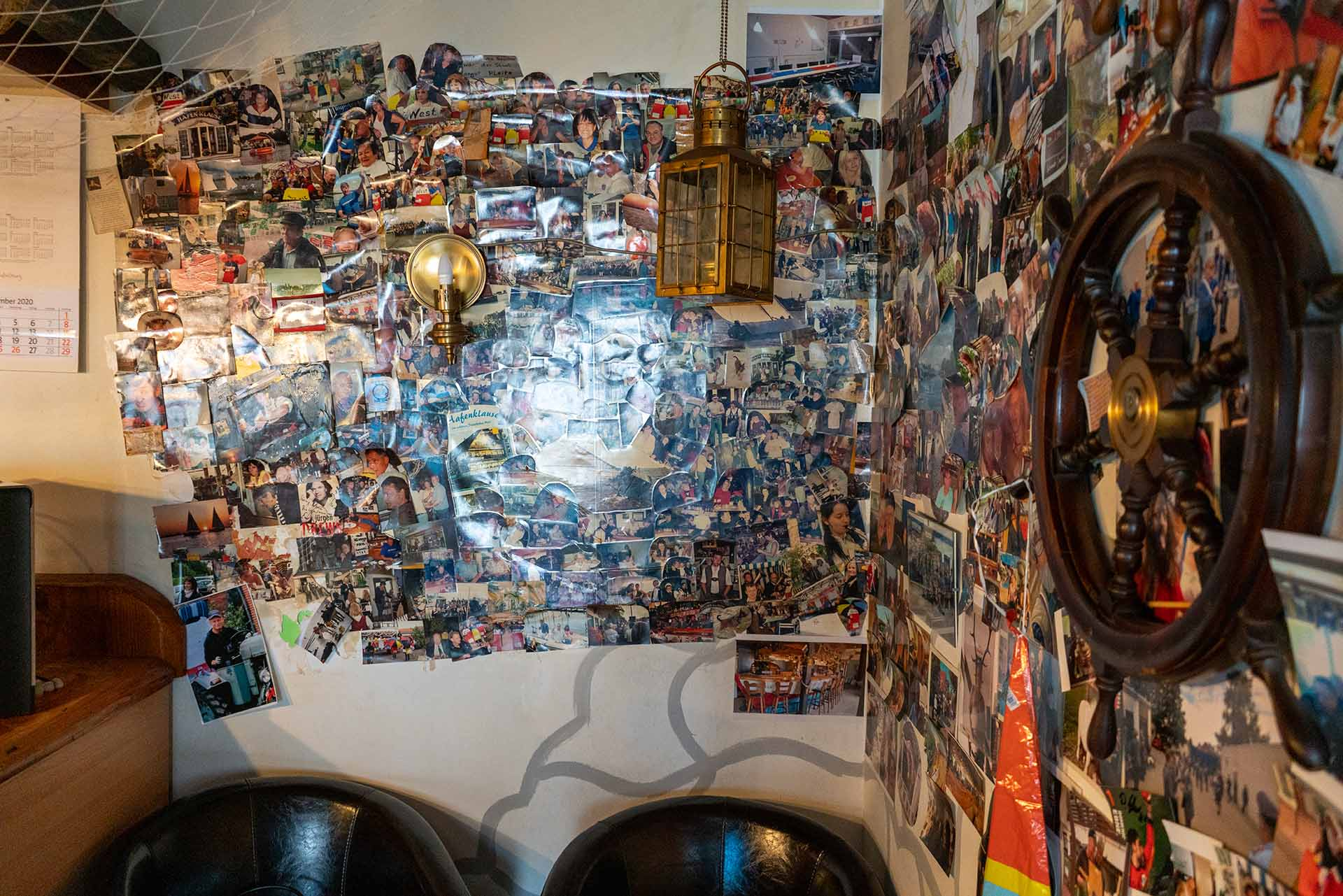 Wände voller Fotos erinnern an die zahlreichen Gäste