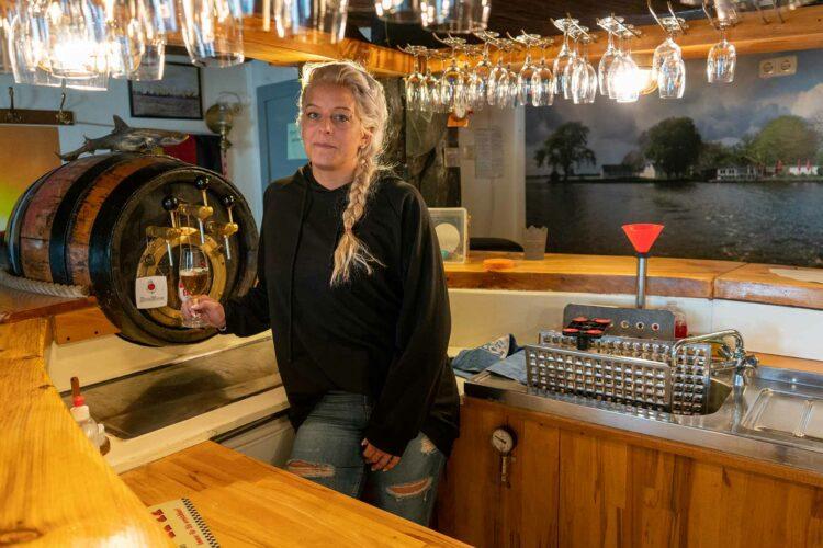 Kerstin Schwartz-Kallendorf in ihrer leeren Kneipe