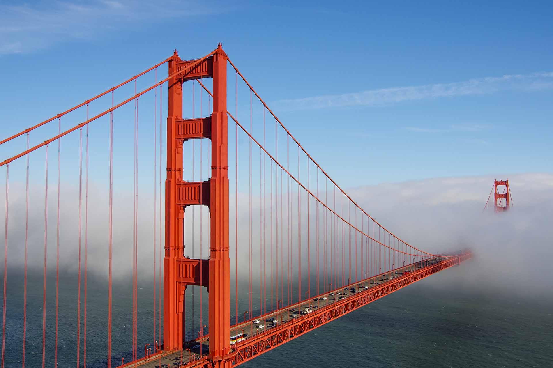 """Halb im Nebel liegend: Brücke der """"Marin Headlands"""" bei San Francisco"""