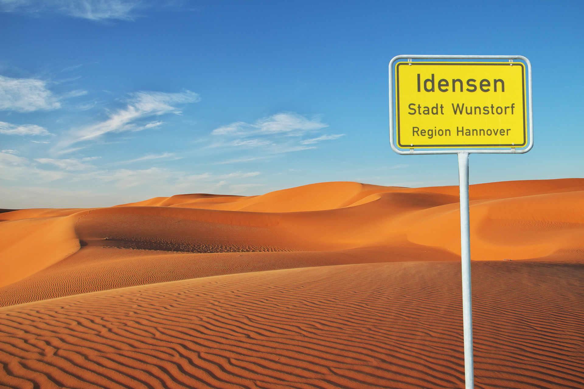 Idenser Ortschild in der Sahara