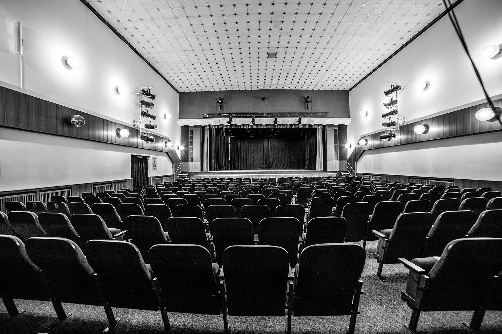 Leere Stuhlreihen im Stadttheater Wunstorf