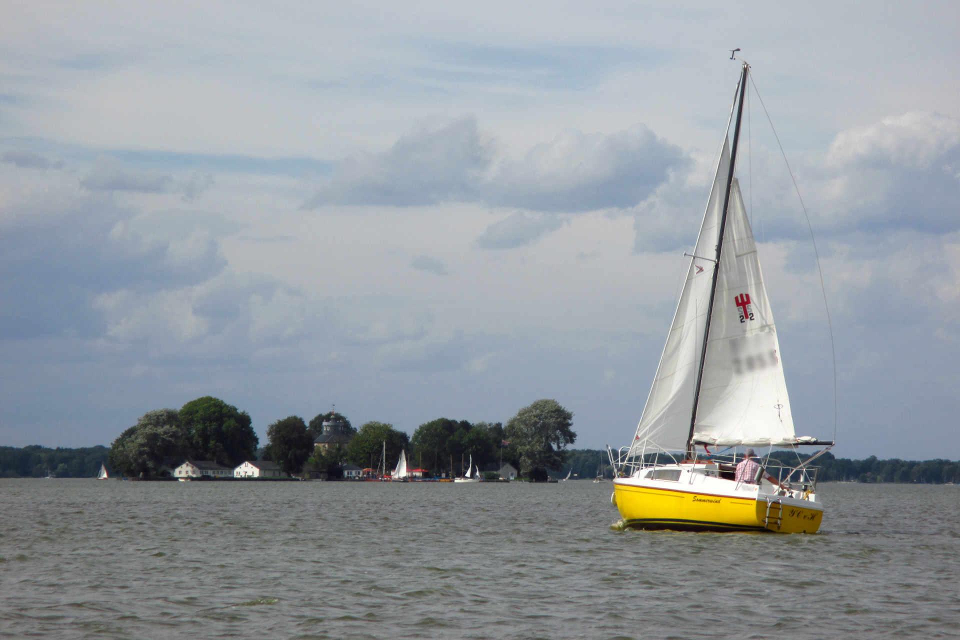 Boot auf Steinhuder Meer vor Insel Wilhelmstein