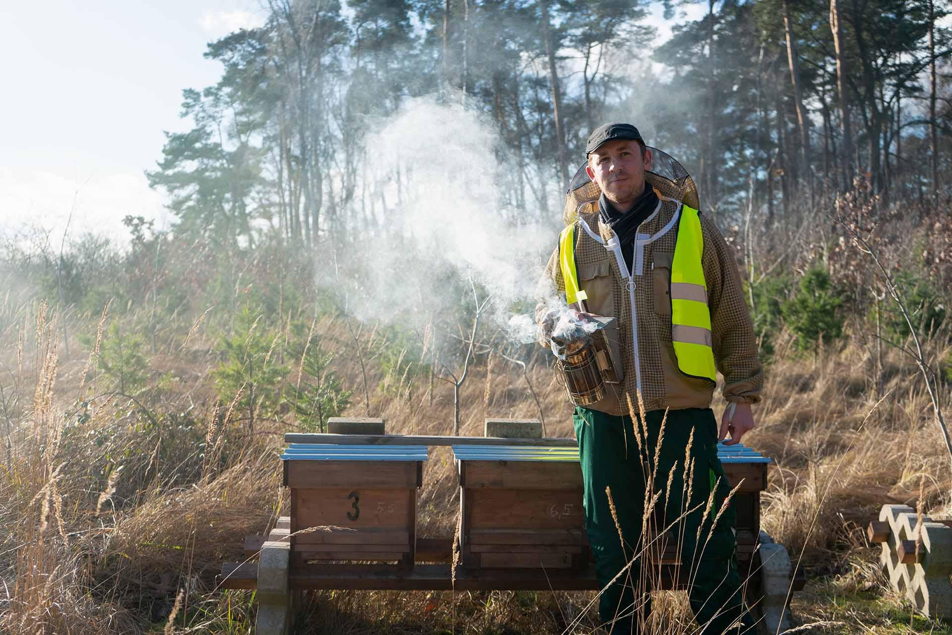 Marcel Müller-Meißner vor seinem Bienenstock