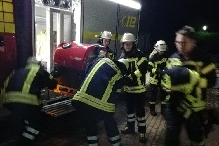 Feuerwehr beim Ausladen der Geräte