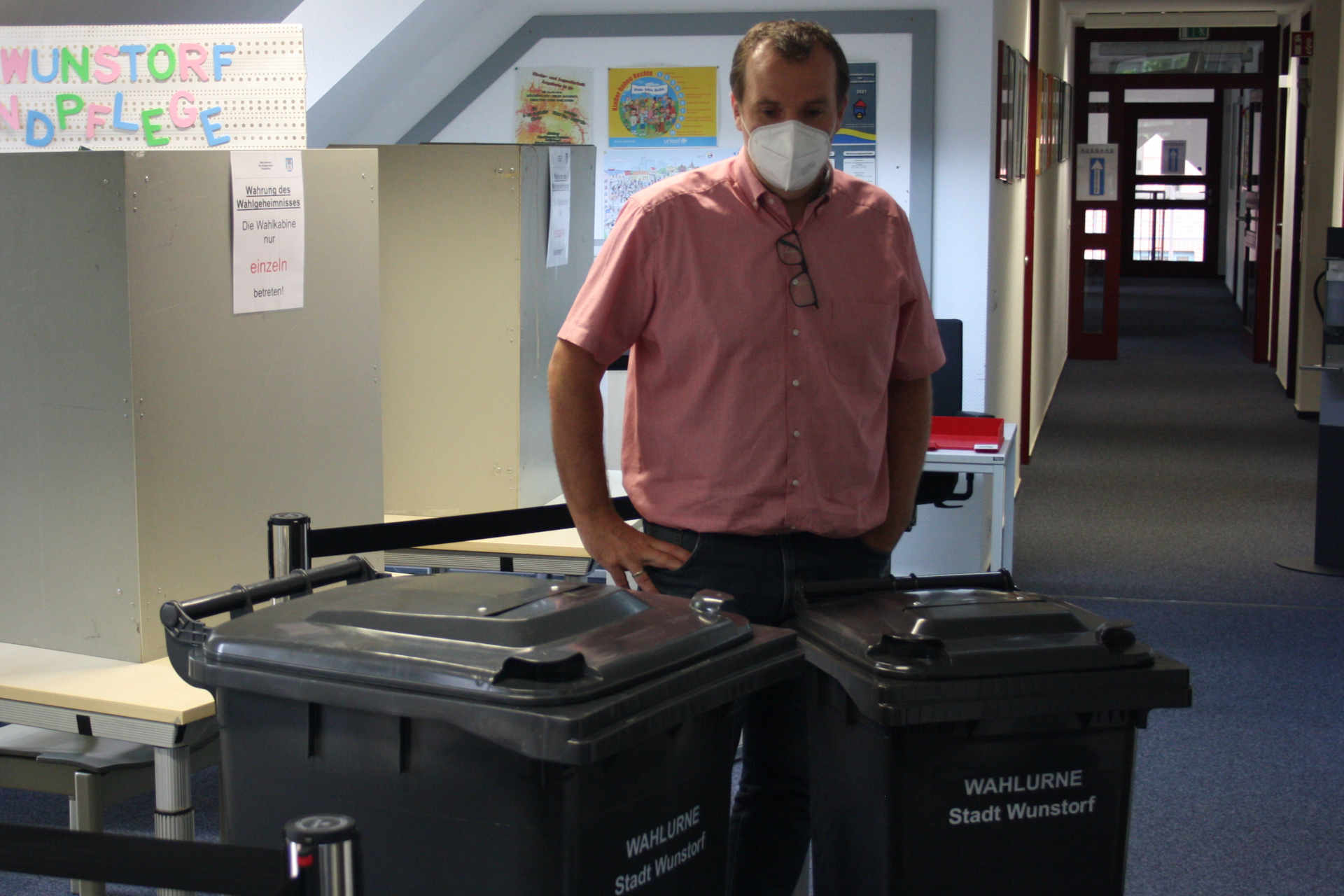 Markus Saars hinter Wahltonnen